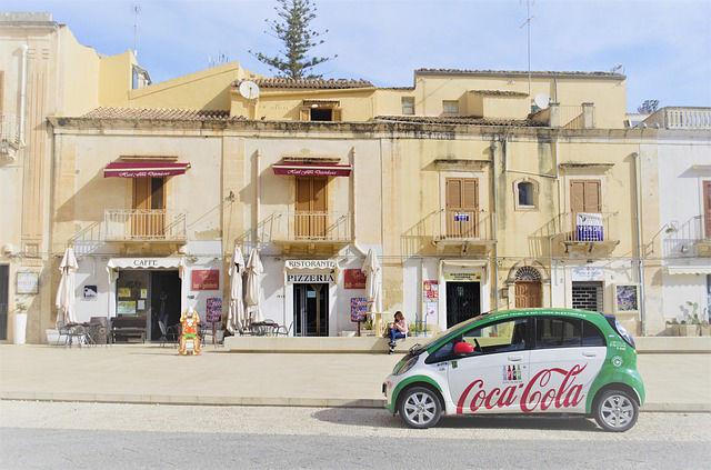 publicité sur voiture l'exemple de coca cola.